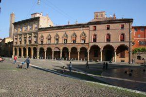 A sinistra è il palazzo Isolani, al centro il palazzo Bolognini, a destra il palazzo Bianchini