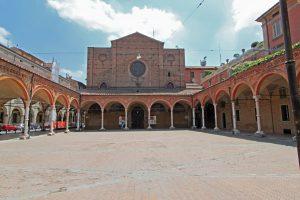 La piazzetta con il quadriportico antistante la chiesa.