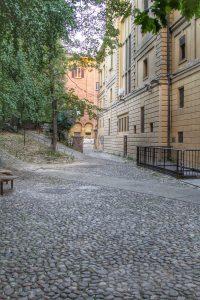 A destra è visibile la parte posteriore del Teatro Comunale