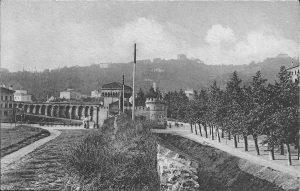 La foto è scattata dalla sommità delle mura, nei pressi di porta Saragozza (al centro). A sinistra si nota il tratto meridionale di via della Rondine.
