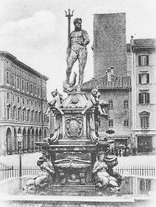 La foto è ante 1888 (anno in cui fu eliminata la cancellata). Dietro la casa Stagni deve ancora essere restaurata.