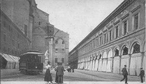 Ha questo nome da quando fu inaugurata la statua nel novembre 1879. Già Piazza della Pace e Piazza del Pavaglione.