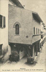 Casa con colonne lignee in via Begatto