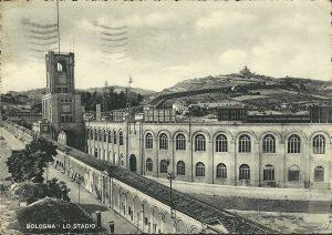 Lo Stadio comunale e gli alloggi di fortuna negli archi del portico